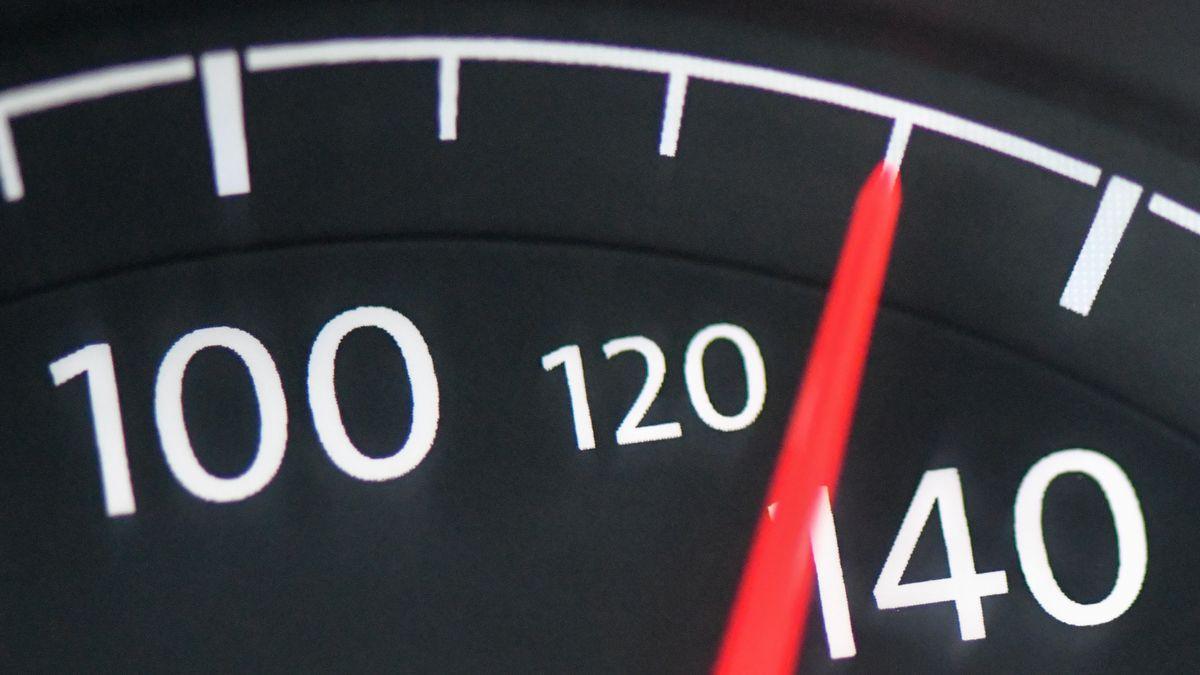 Tacho steht auf 130 km/h
