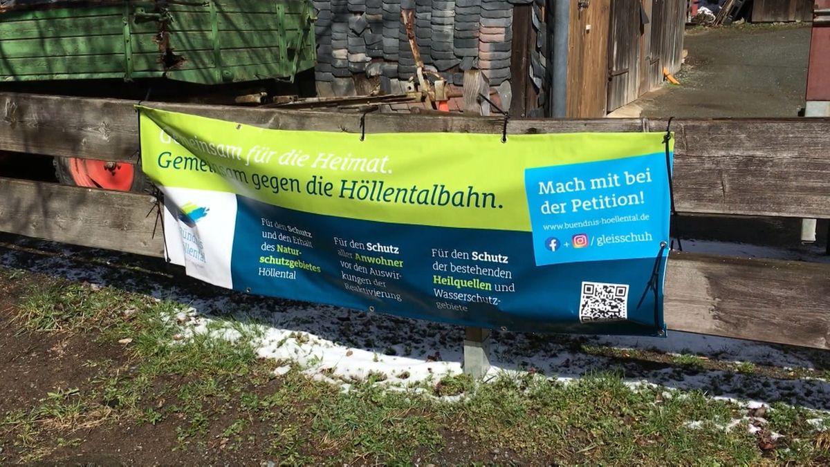 """""""Gemeinsam für die Heimat. Gemeinsam gegen die Höllentalbahn"""" steht auf einem Banner."""