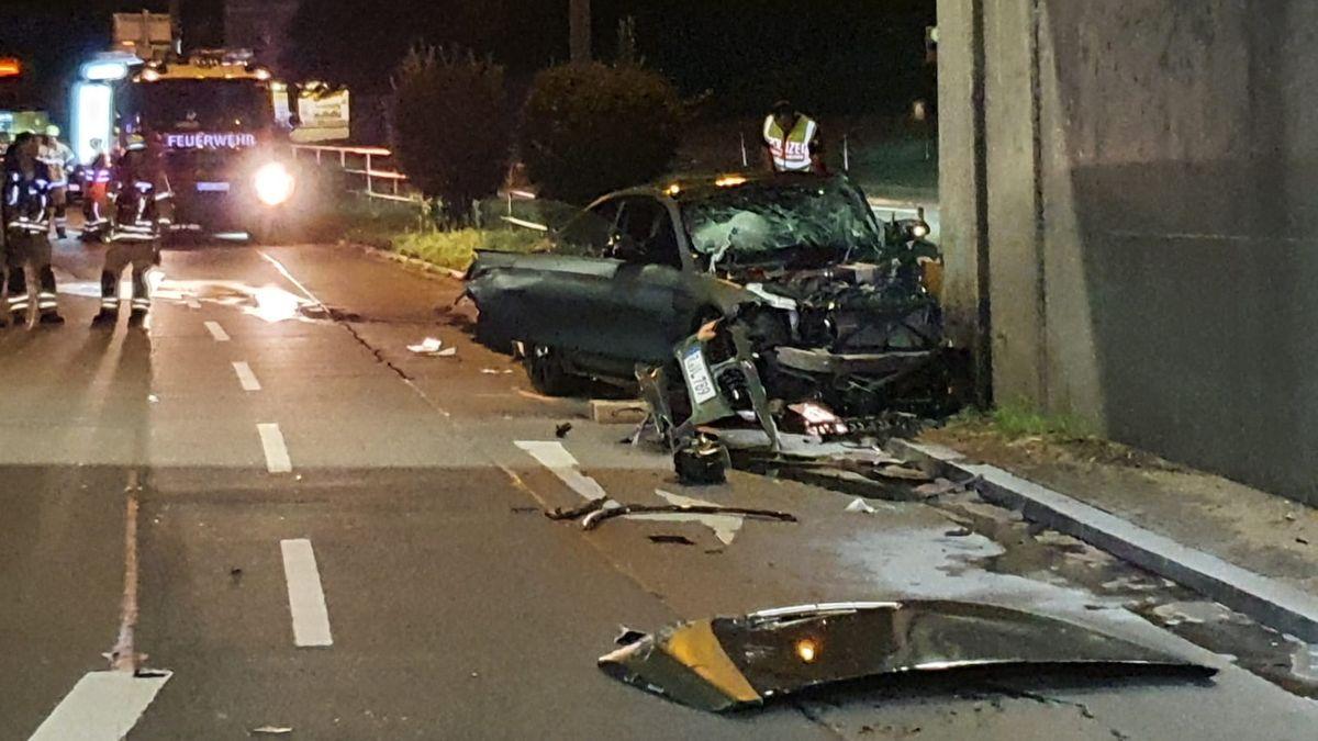 In der Stadt Regensburg ist ein junger Mann mit seinem Auto gegen einen Brückenpfeiler gefahren und hat sich dabei schwer verletzt.