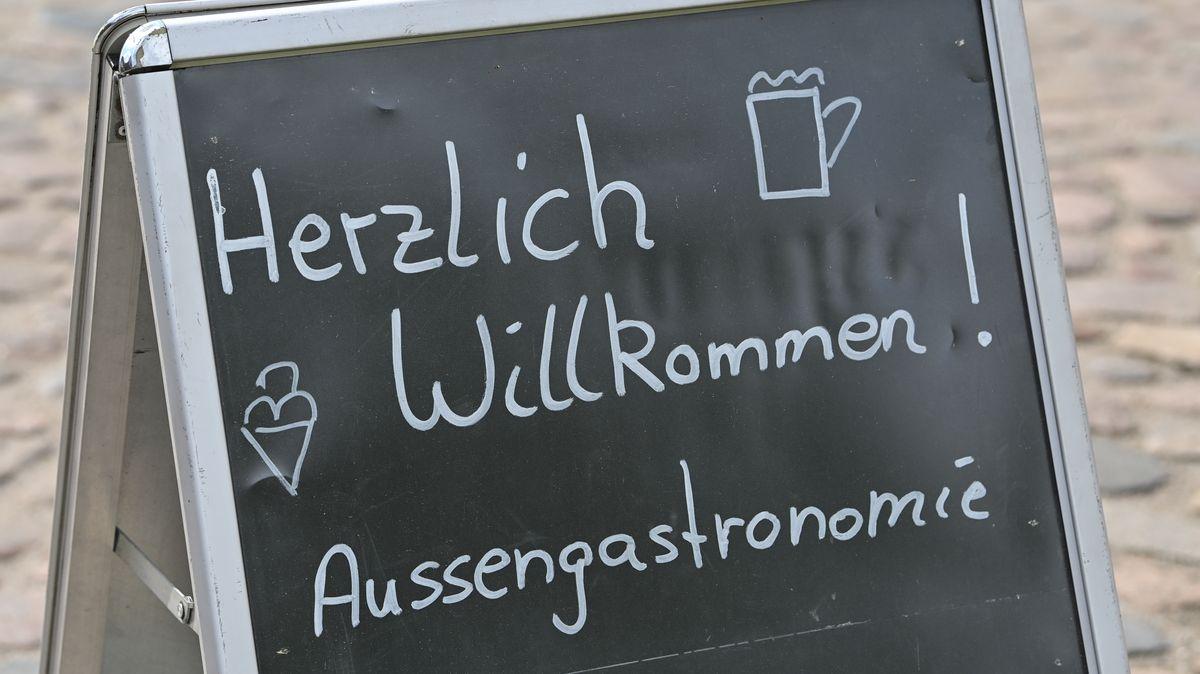 """Aufsteller mit Kreideaufschrift """"Herzlich Willkommen! Außengastronomie."""""""