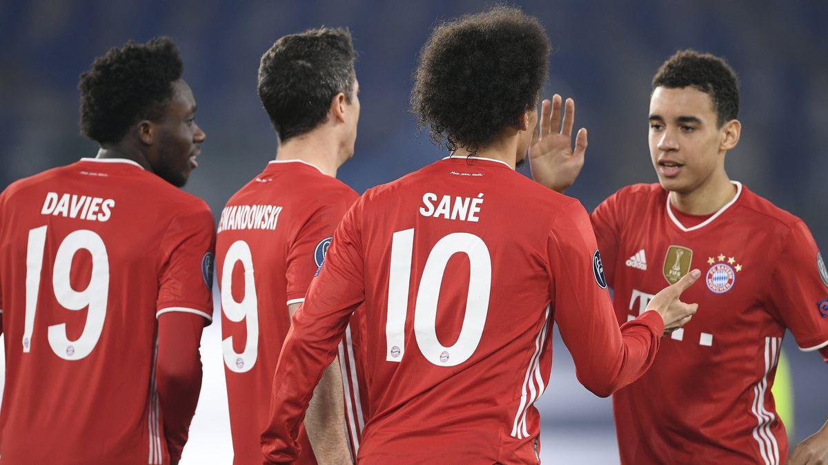 Münchens Alphonso Davies, Robert Lewandowski, Leroy Sane und Jamal Musiala (l-r) feiern das Tor zum 0:4.