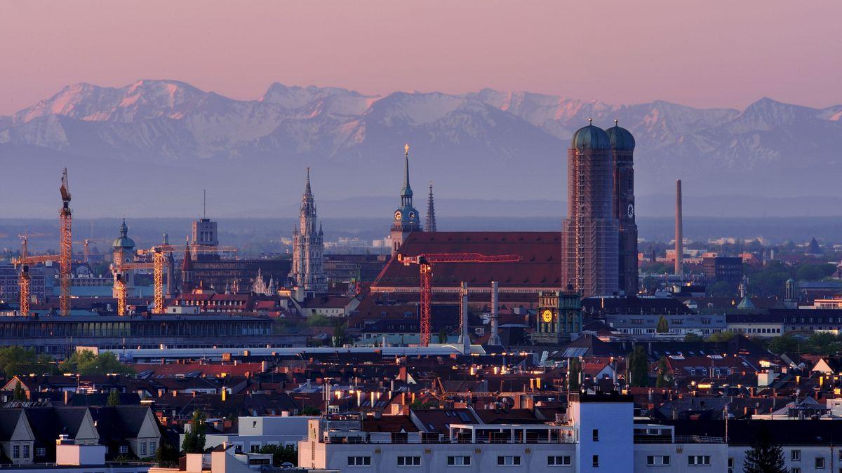Stadtansicht München: Die Berge sind im Hintergrund deutlich zu erkennen