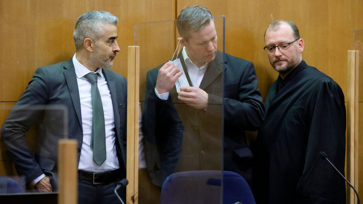 Der Hauptangeklagte Stephan Ernst bespricht sich mit seinen beiden Anwälten Mustafa Kaplan (li) und Jörg Hardies (re) im Gerichtssaal.