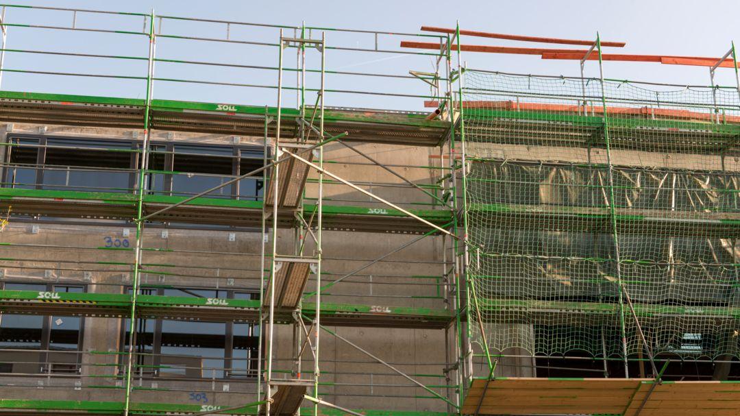 Hausbaufassade mit Baugerüst