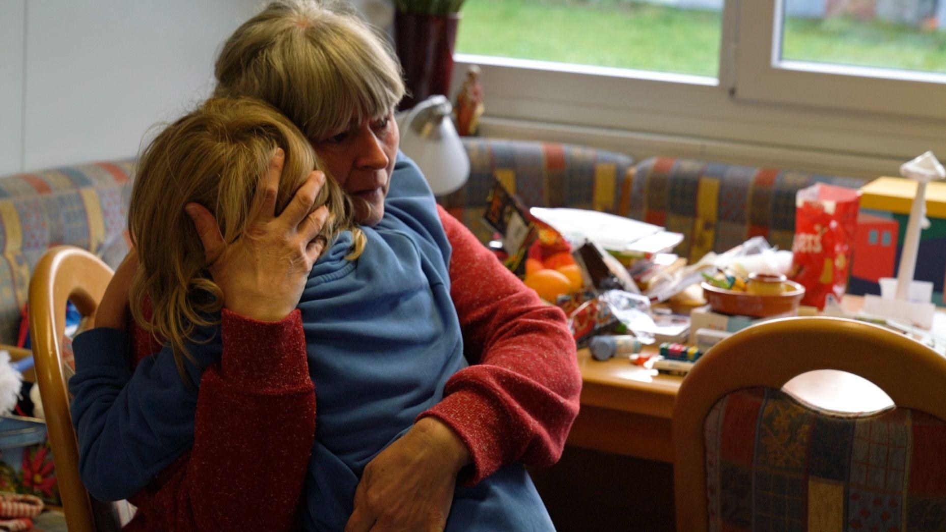 Mutter Ulrike Werner-Wolf und ihr Kind im Wohncontainer