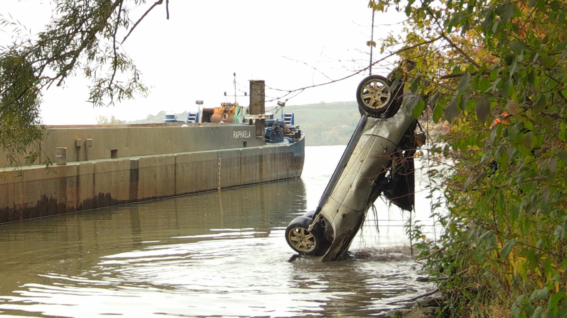 Das gestohlene Auto wurde von einem Bootsfahrer entdeckt - jetzt konnte es geborgen werden.