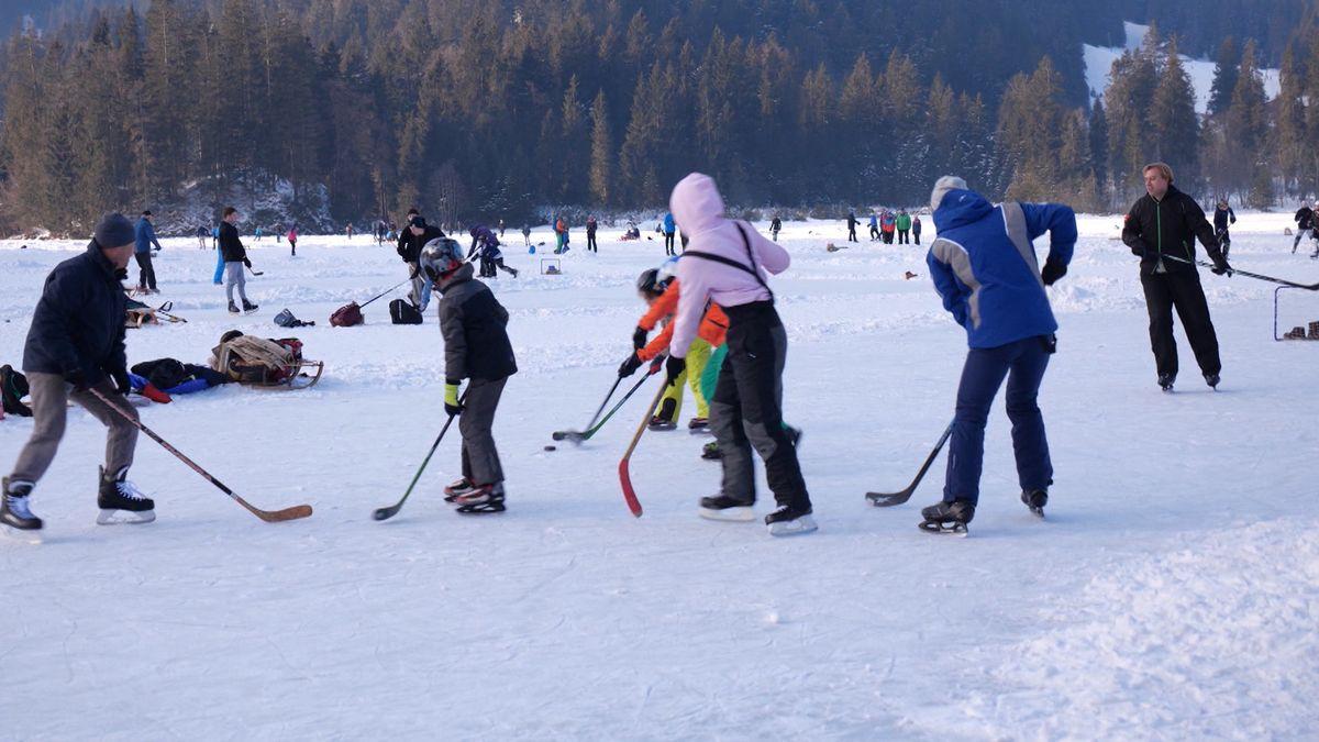 Symbolbild: Familien beim Schlittschuhlaufen und Eishockey auf dem Spitzingsee