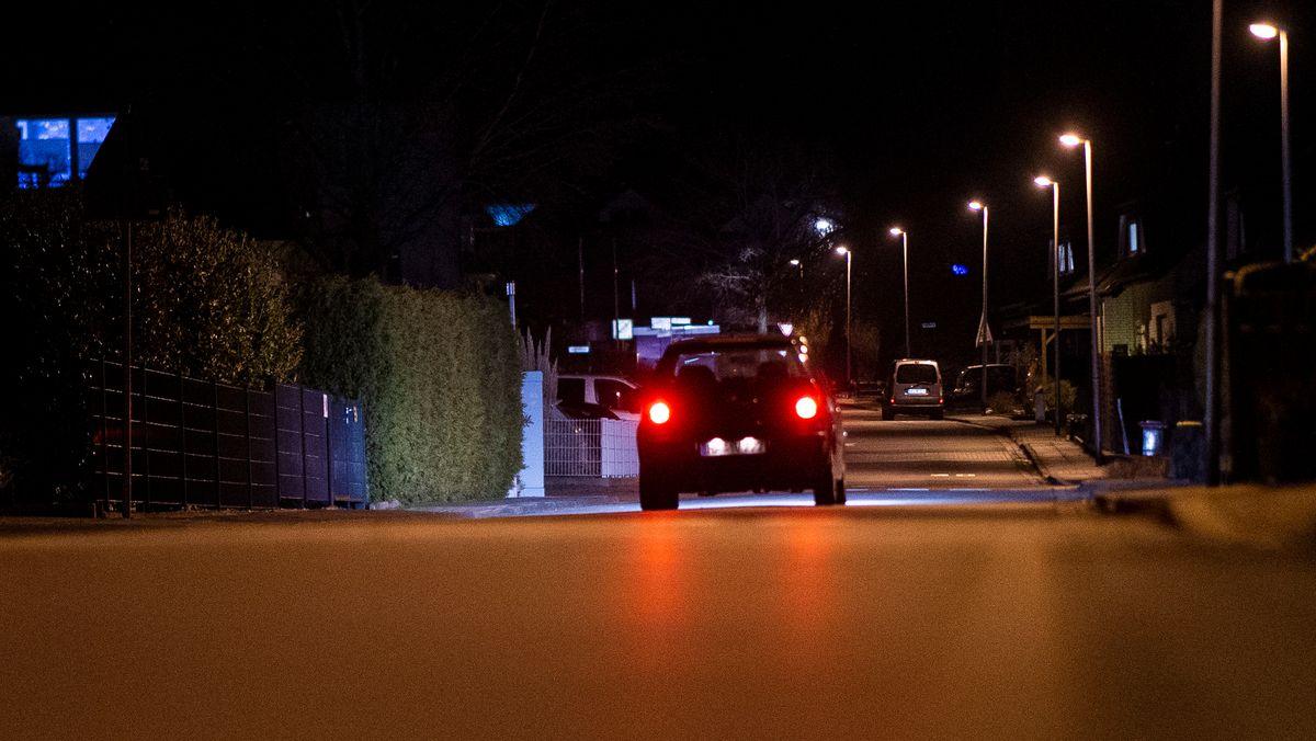 Eine leere Hauptstraße in abendlicher und nächtlicher Atmosphäre.