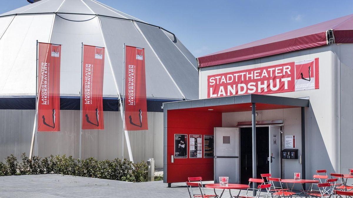 Eingang zum Theaterzelt in Landshut