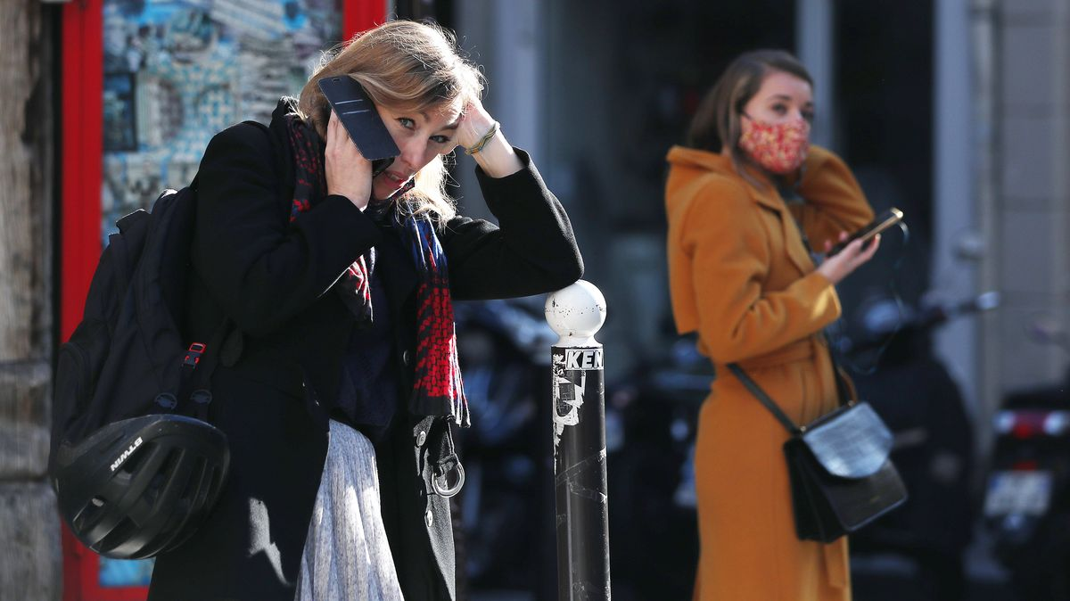 Zwei Frauen auf einer Straße in Paris.