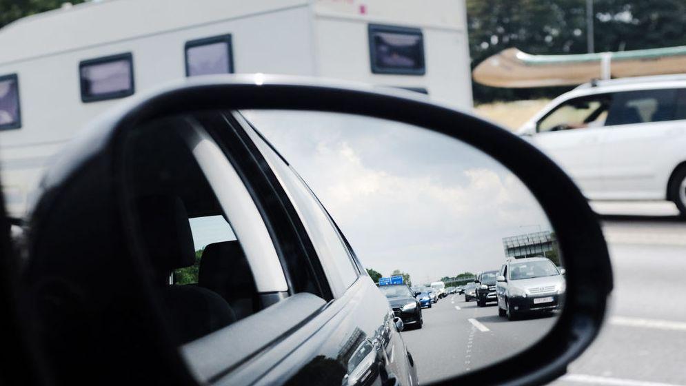 Symbolbild - Stau auf der Autobahn. Im Rückspiegel sind mutmaßlich stehende Fahrzeuge zu sehen.