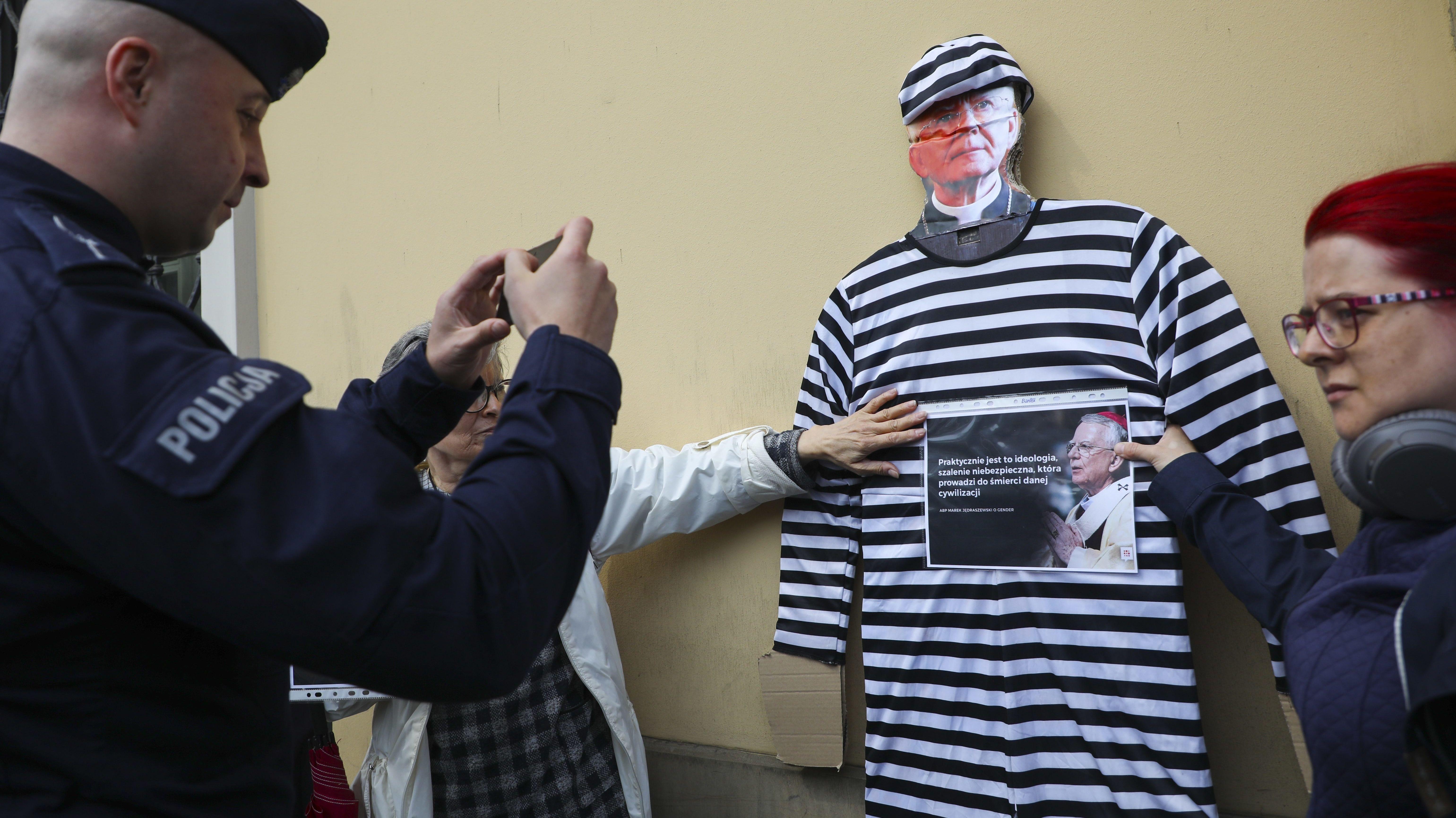 Protest gegen Kindesmissbrauch vor dem Palast des polnischen Bischofs Marek Jedraszewski.
