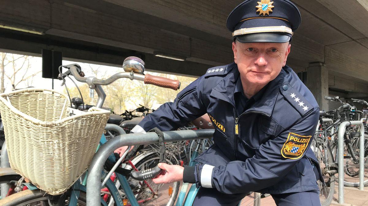 Polizeihauptkommissar Christian Daut zeigt am Erlanger Bahnhof, wie Fahrräder gesichert sein sollen.
