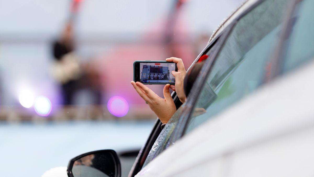 Jemand filmt beim Autofahren