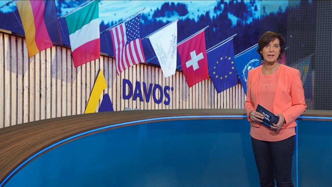 """Ursula Heller vor Schild """"Congress-Centrum Davos"""""""