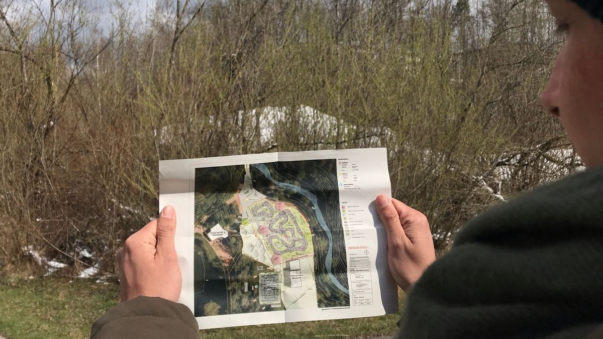 Jan Damlos zeigt Pläne, wie der neue Bikeparcours im Engehaldepark in Kempten aussehen wird