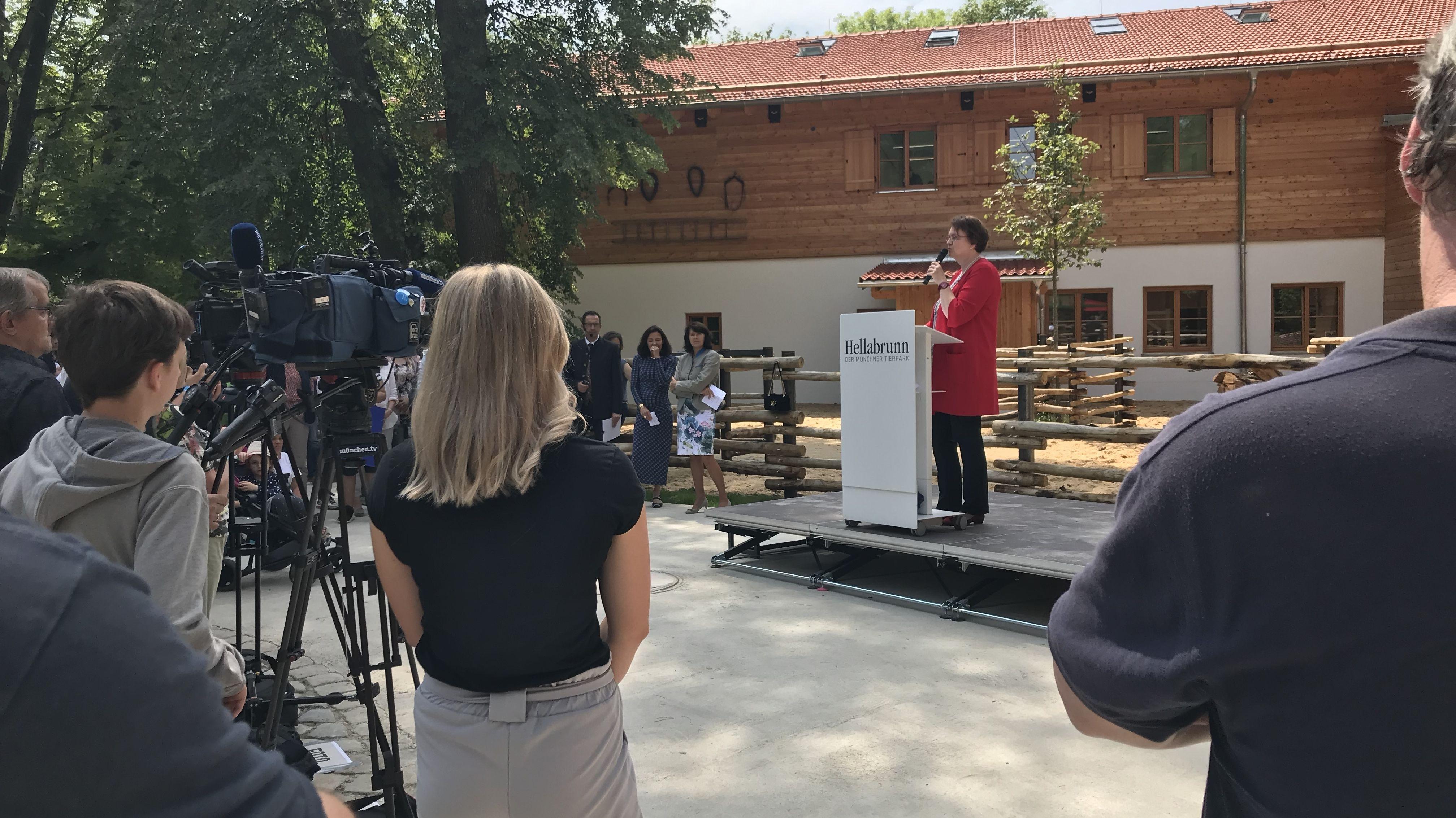 Bürgermeisterin Christine Strobl bei der Eröffnung der Tierparkschule