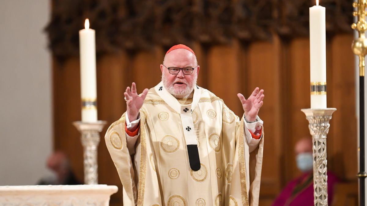 Kardinal Marx bei der Weihnachtspredigt im Münchner Liebfrauendom zwischen zwei Kerzen