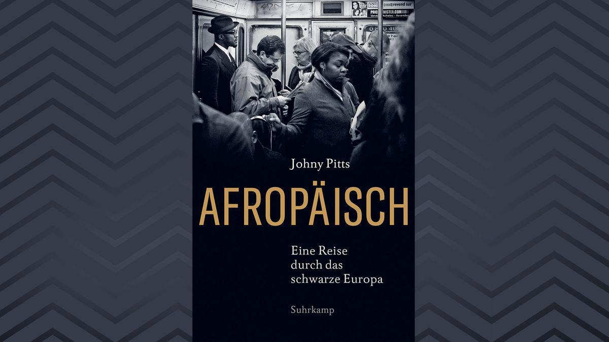 Ein UBahnwaggon, angefüllt mit Menschen. Im Vordergrund eine schwarze Frau, die auf den Boden schaut. Es handelt sich um das Coverbild von Johny Pitts Sachbuch.
