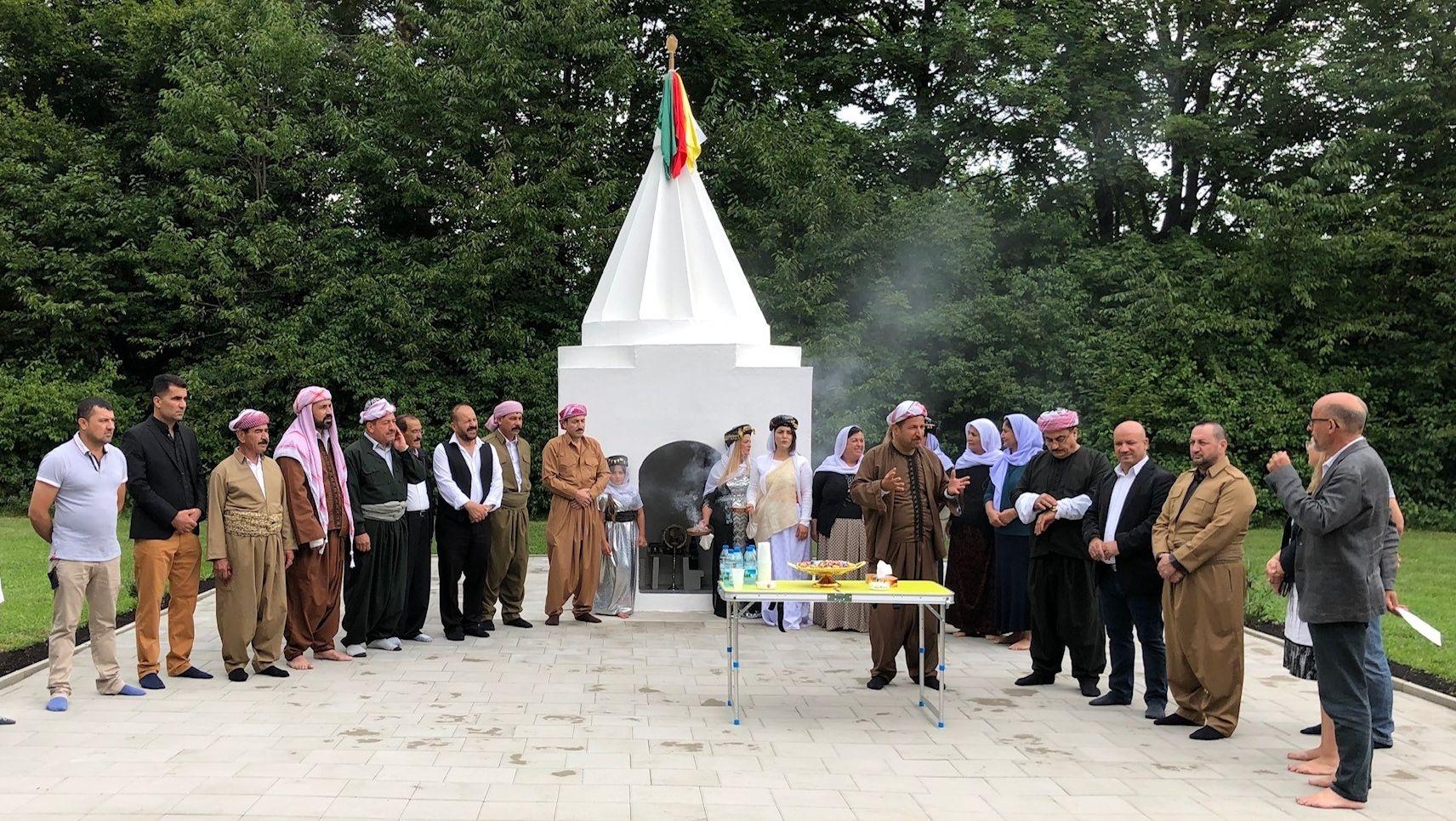 Menschen vor einem Gebetsort der Jesiden in Augsburg