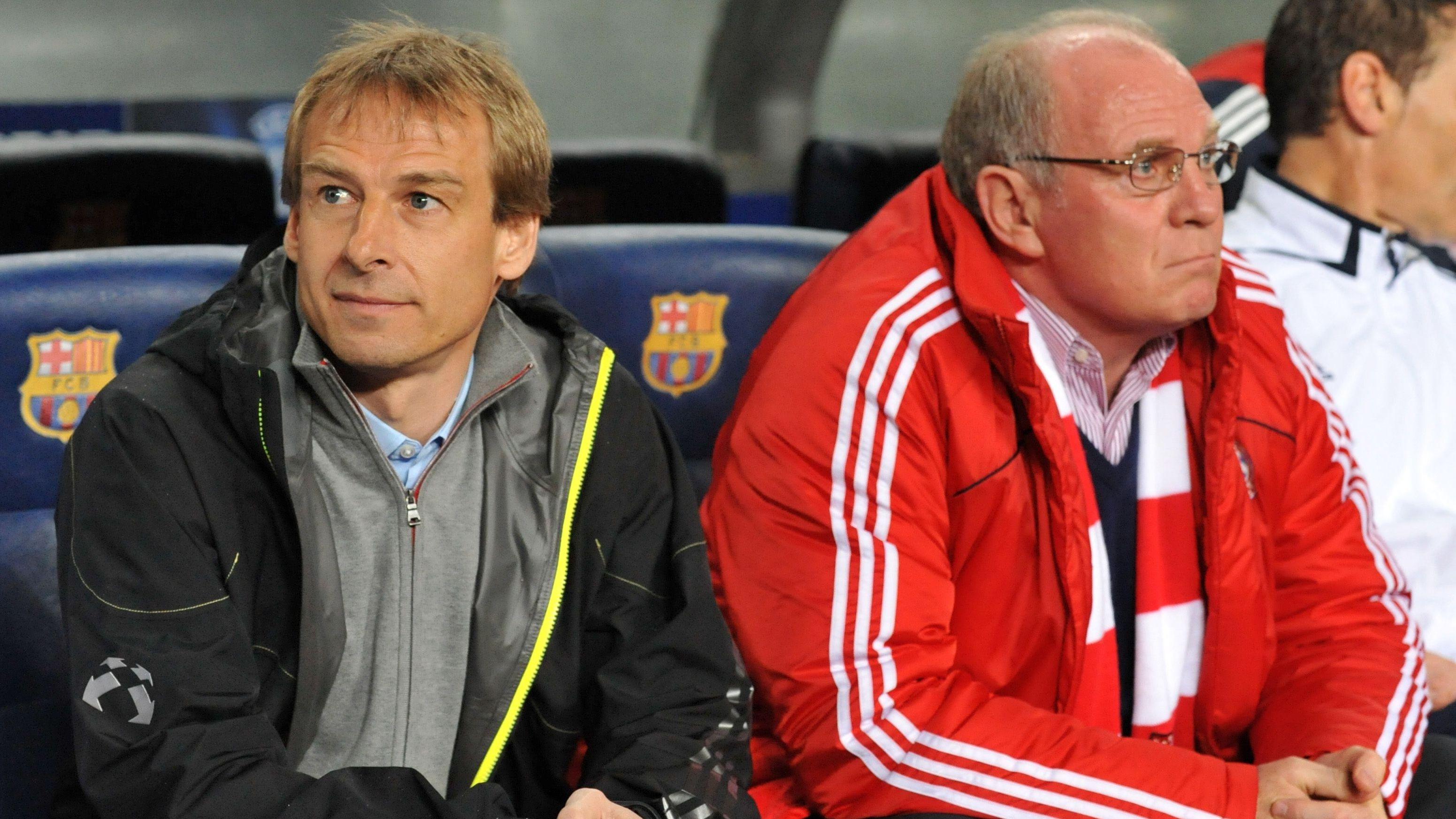 Jürgen Klinsmann und Uli Hoeneß auf der FC-Bayern-Bank bei einem Spiel in Barcelona