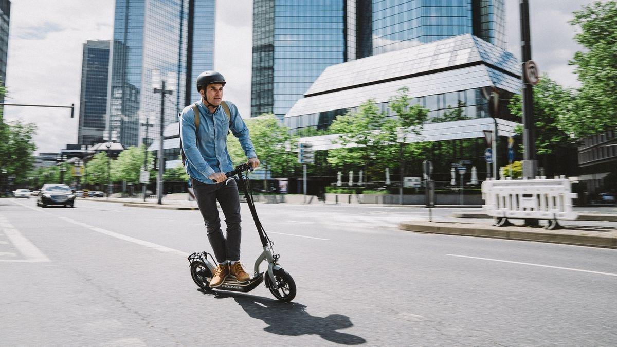 Ein Mann fährt auf einem E-Roller von Metz Mecatech
