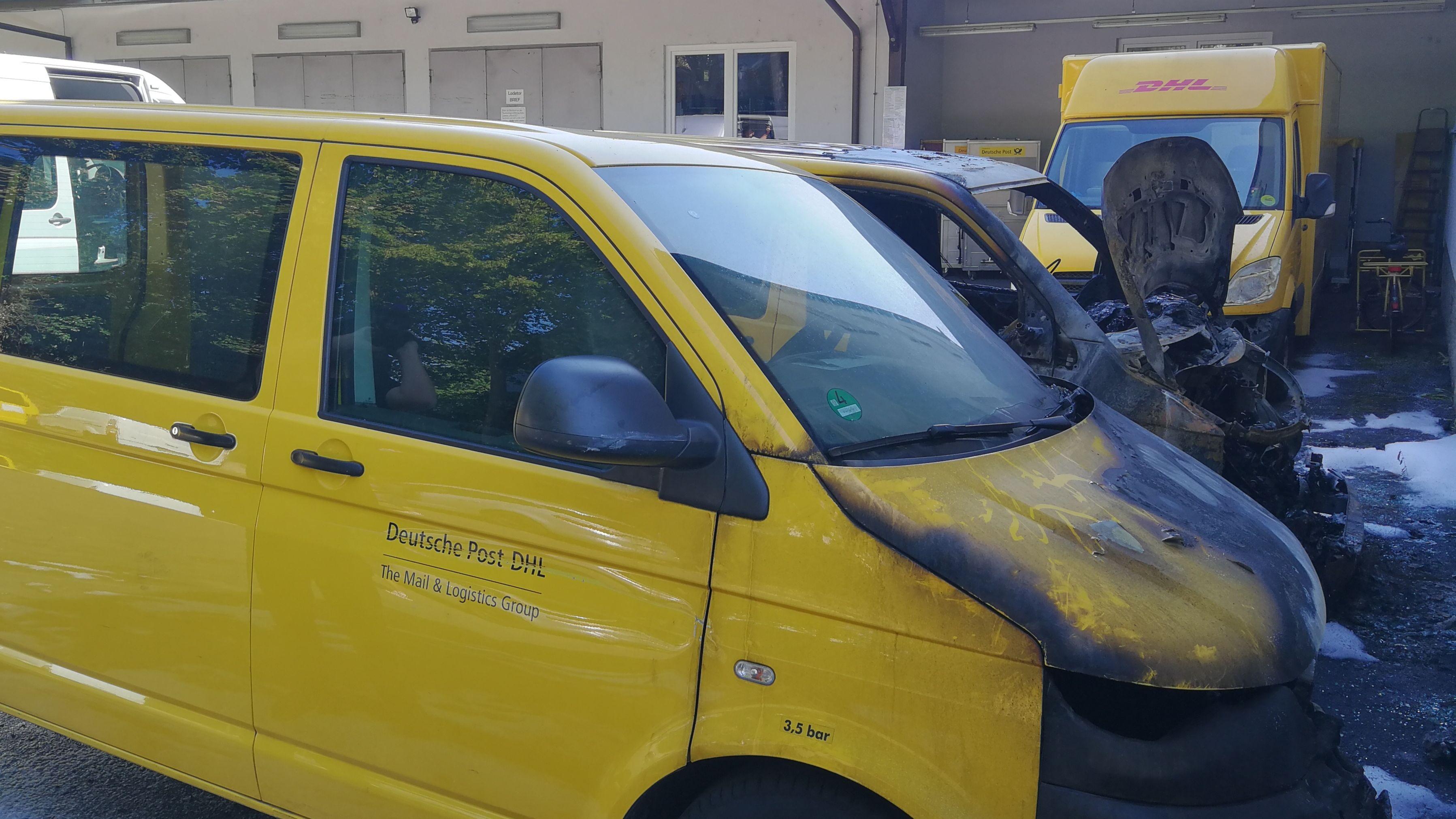 Ausgeebrannte Postautos auf einem Parkplatz in Hammelburg.