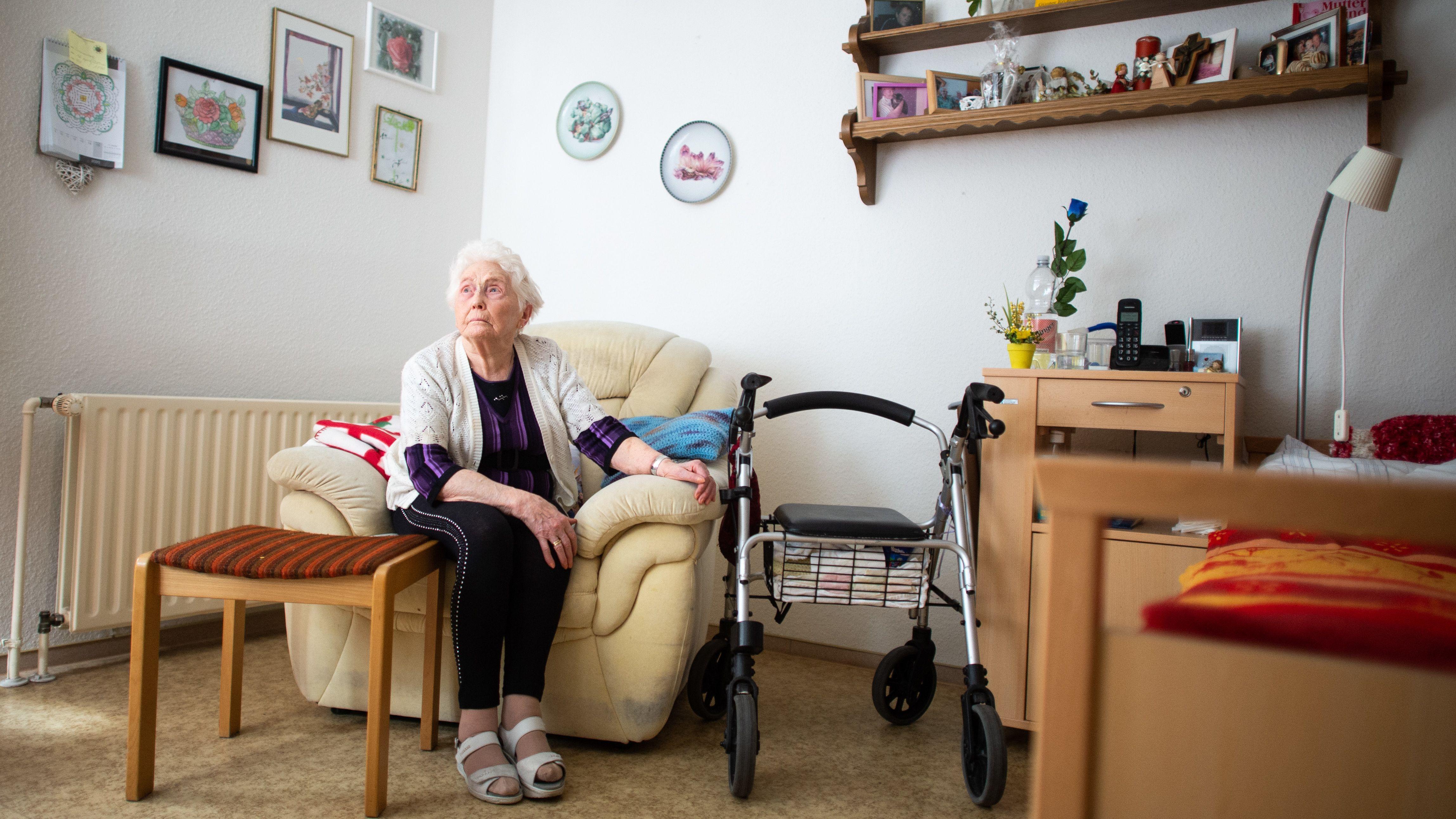 Eine Seniorin sitzt in ihrem Zimmer im Johannes-Sondermann-Haus des AWO Altenzentrum. Durch die Ausbreitung des Coronavirus gilt derzeit in Bayern ein Besuchsverbot in Altenheimen und Pflegenheimen.
