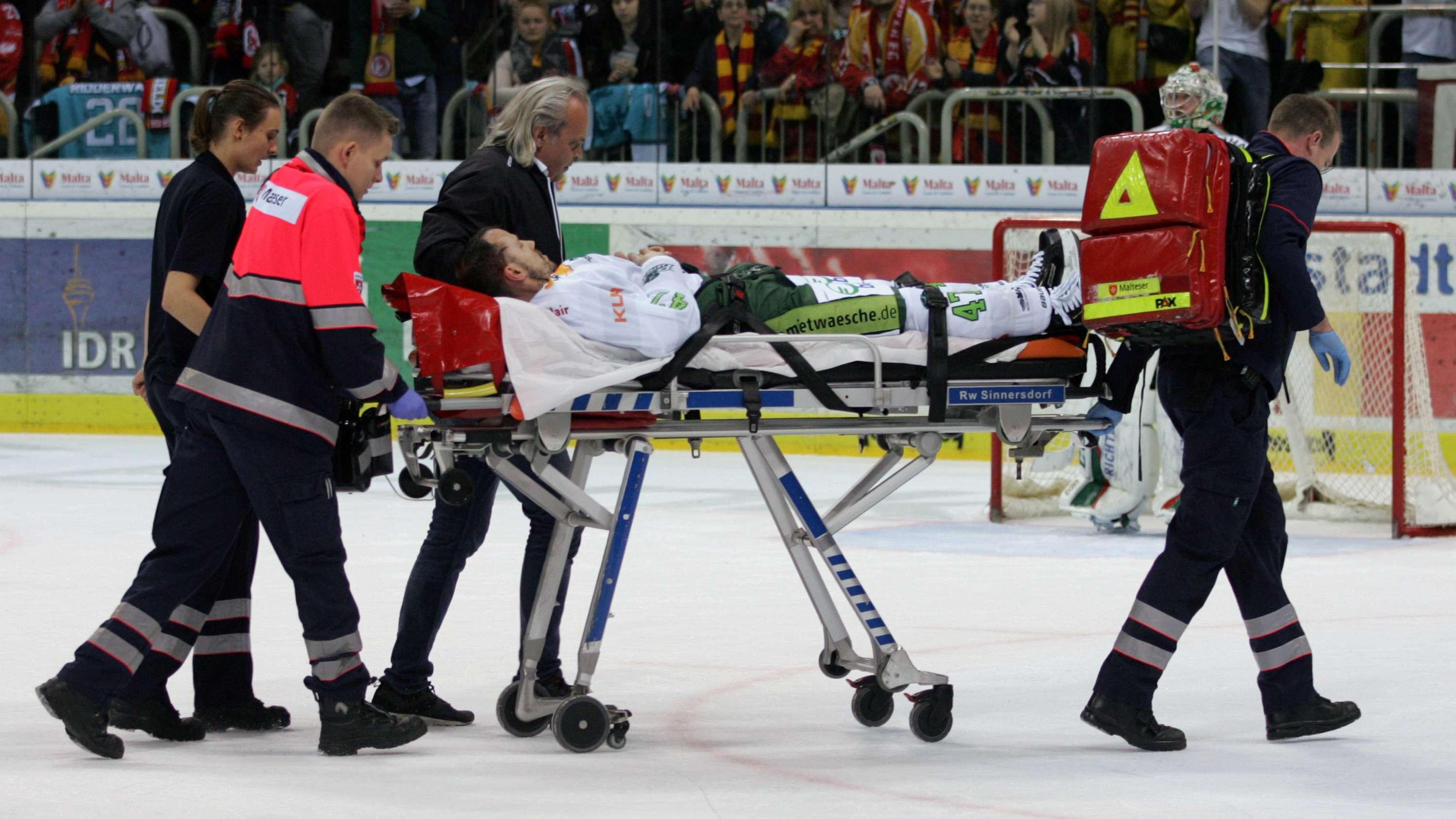 Christoph Ullmann wird verletzt abtransportiert.