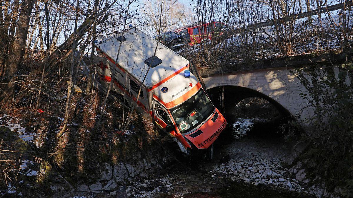 Fünf Meter tief in eine Bachbett stürzte der Krankenwagen nach dem Zusammenprall.
