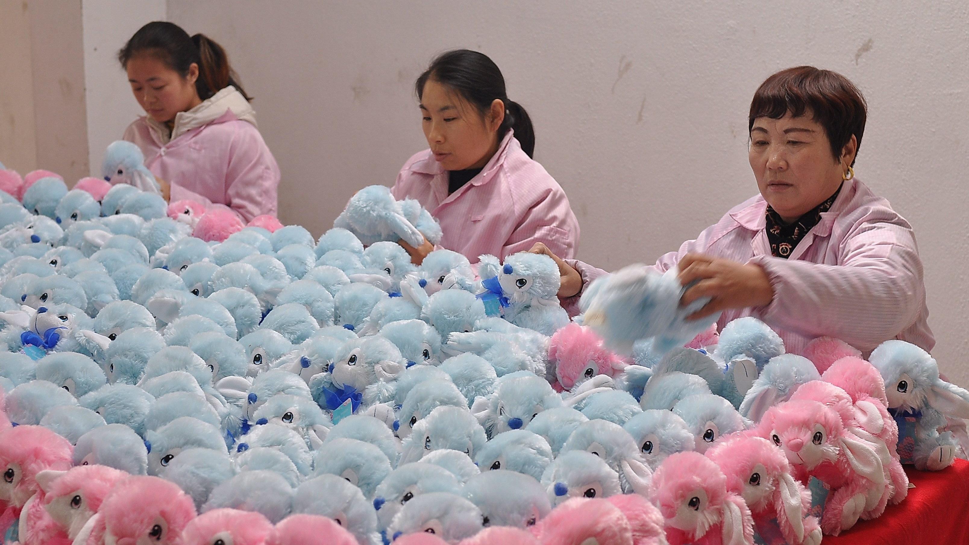 Arbeiterinnen stellen Plüschtiere her.
