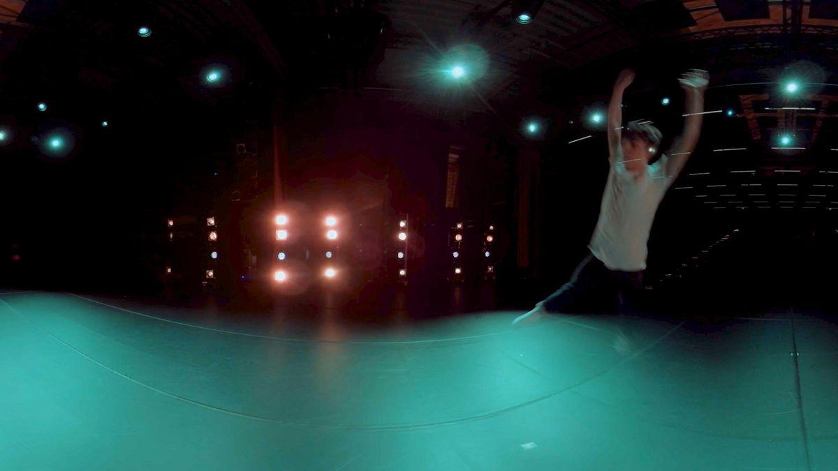 """Tänzer in einer blauen Lichtumgebung, aufgenommen mit einer 360°-Kamera für eine VR-Brille (Szenenbild """"Shifting perspective"""")"""