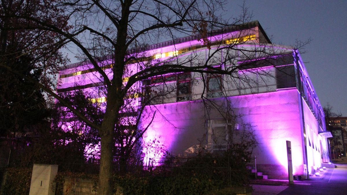 Würzburger Universitäts-Kinderklinik ist am Weltfrühgeborenentag illuminiert