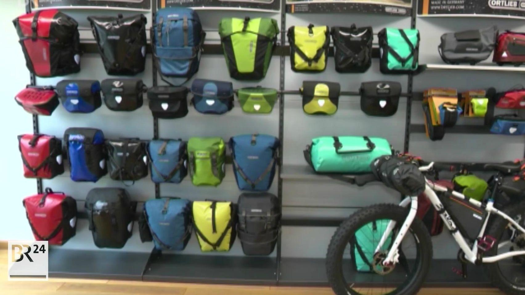 Ortlieb-Taschen in einem Laden