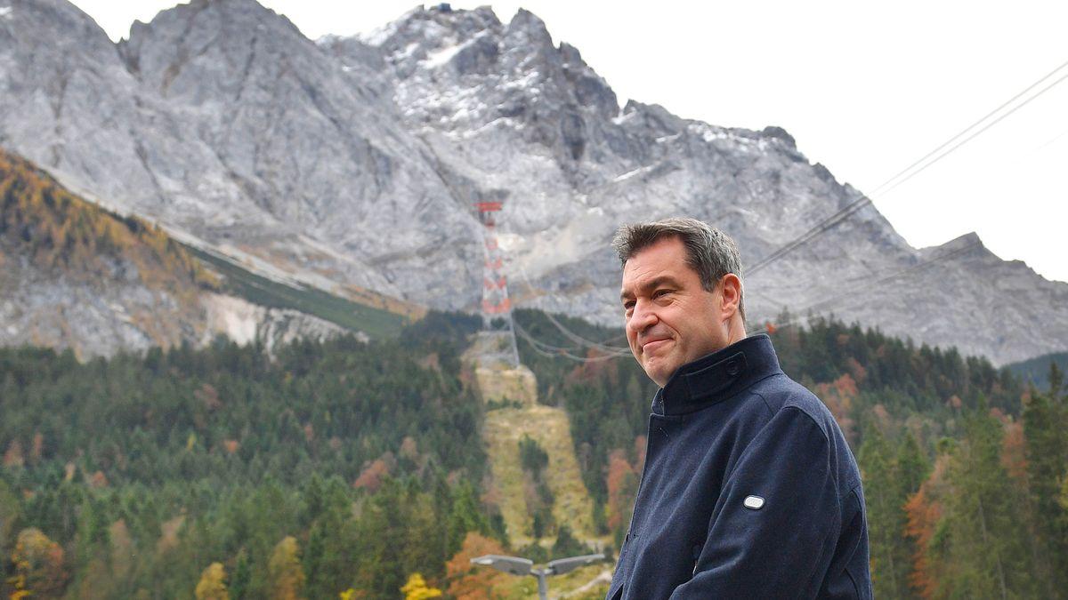 Bayerns Ministerpräsident Markus Söder (CSU) wartet auf die Ankunft der Länder-Regierungschefs an der Talstation der Zugspitzbahn, 25.10.19.