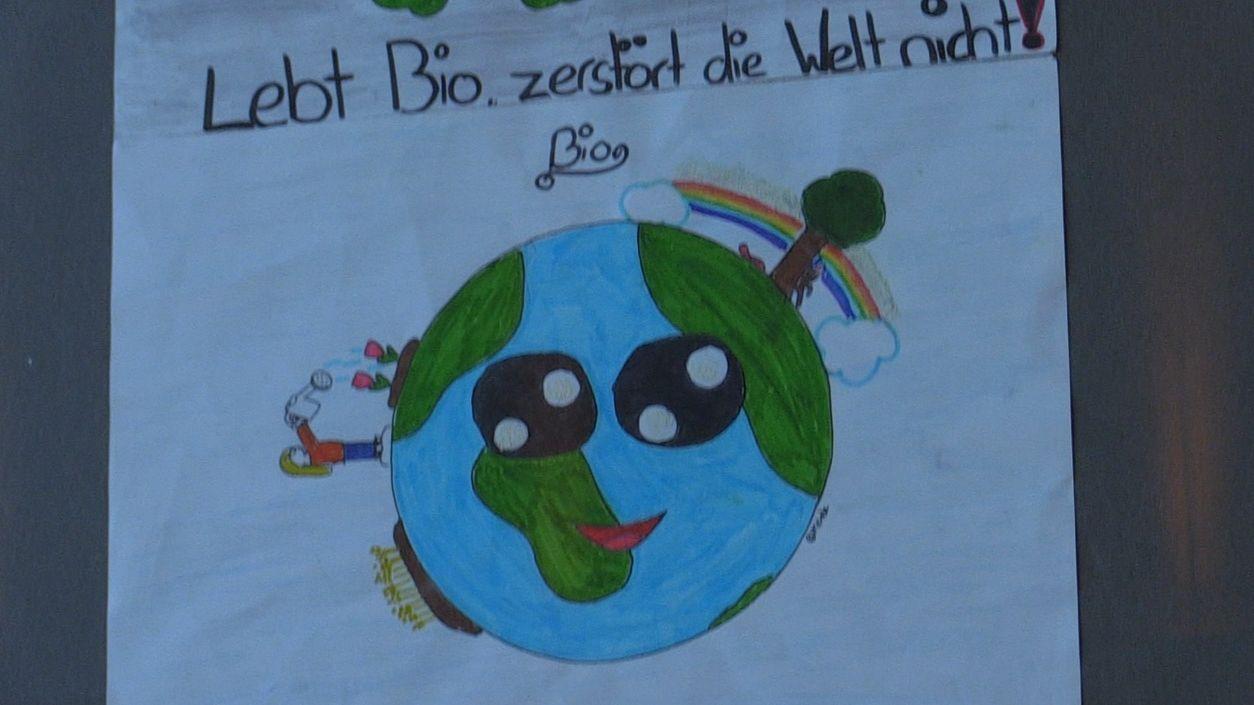 """Eine lachende Erde, darüber die Worte """"Lebt Bio, zerstört die Welt nicht"""""""