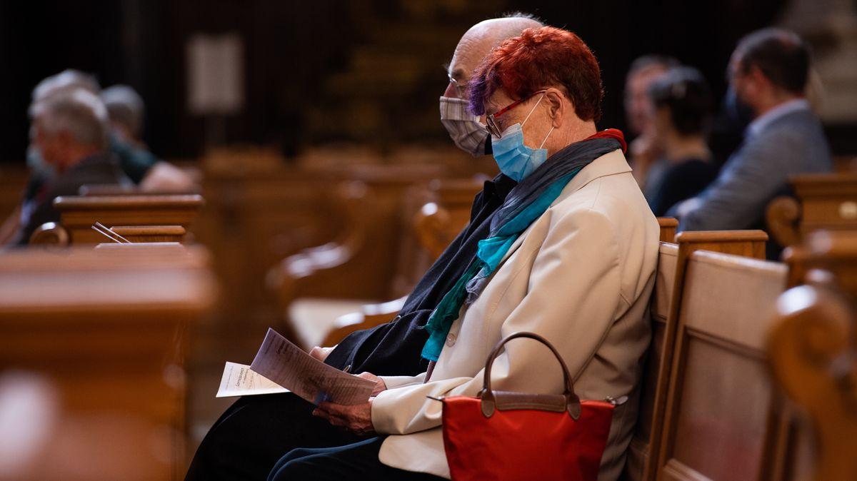 Kirchenbesucher mit Mundschutz