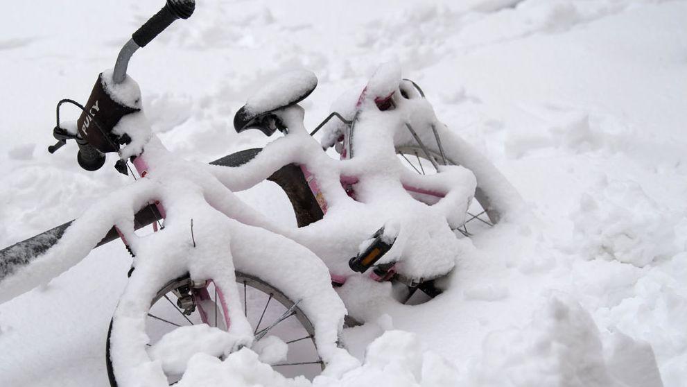 Kinderfahrrad im Schnee