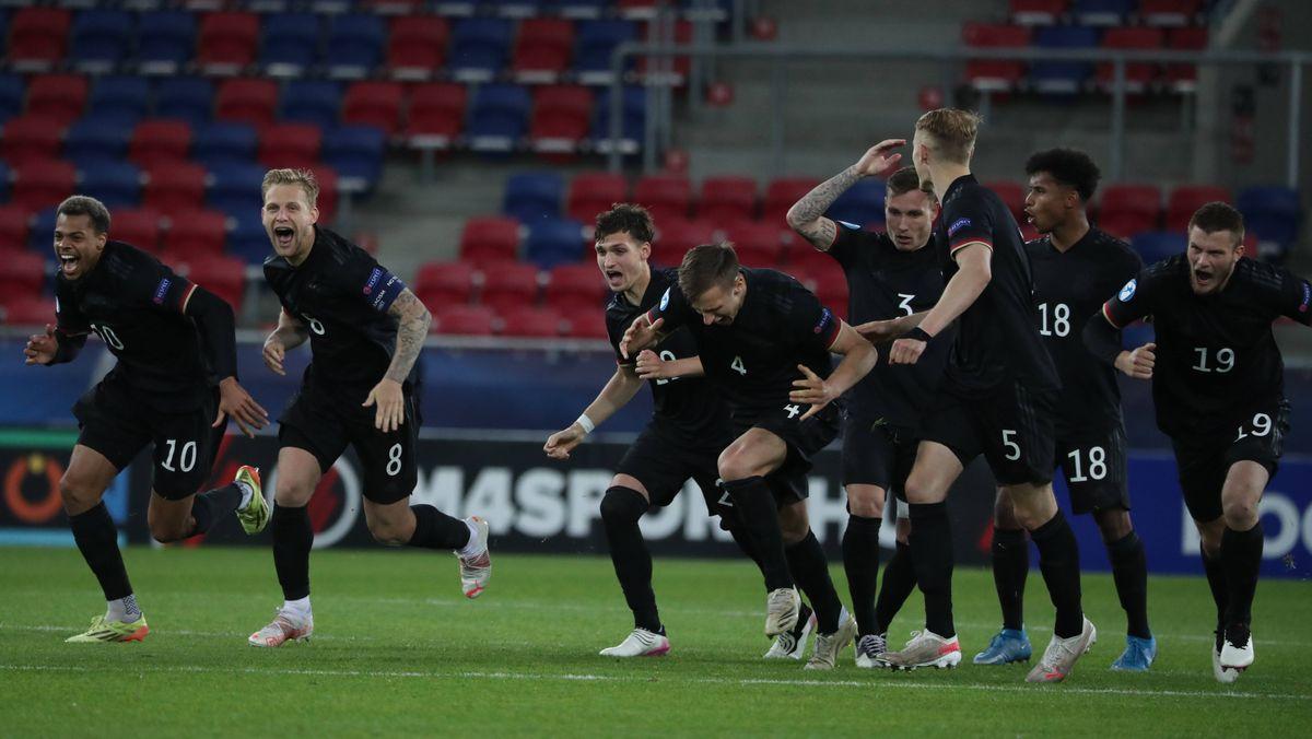 Deutsche Spieler nach der Entscheidung im Elfmeterschießen
