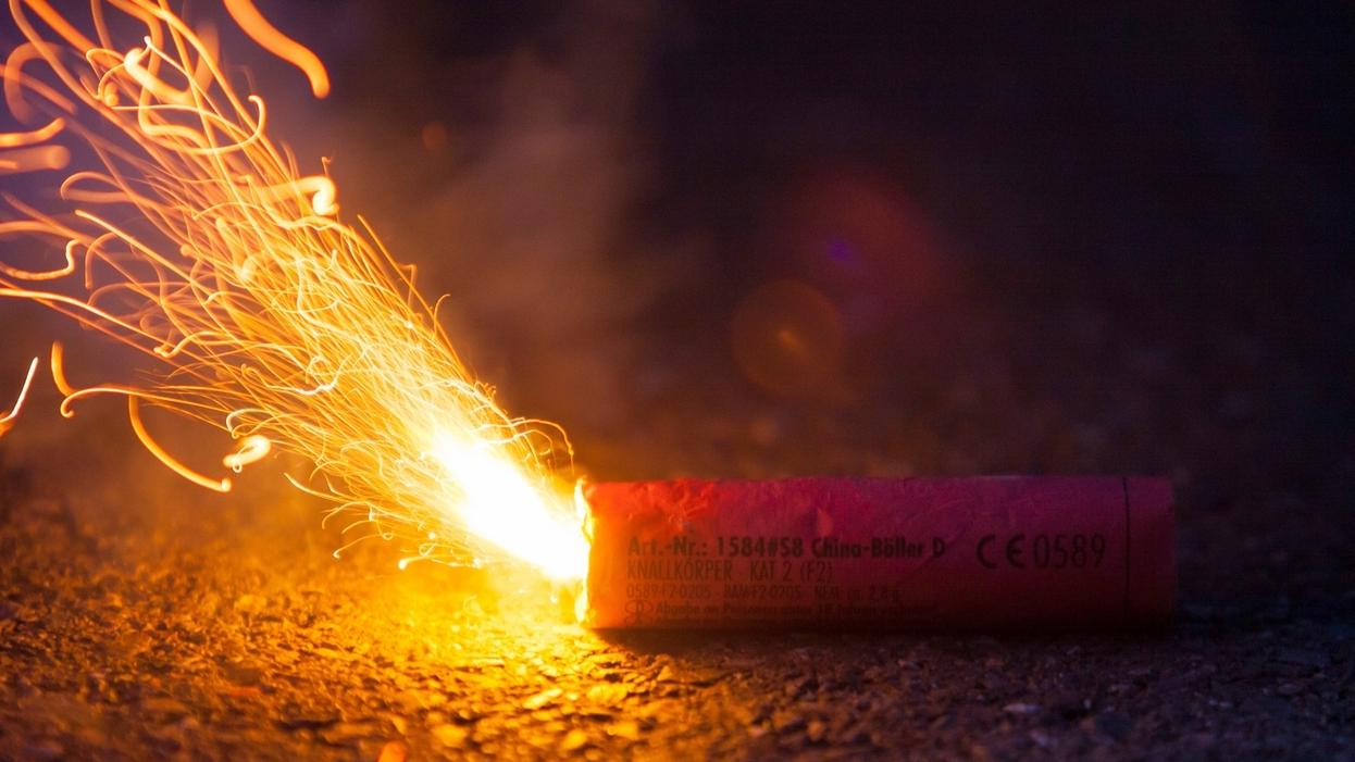 Symbolbild: Böller mit brennender Zündschnur