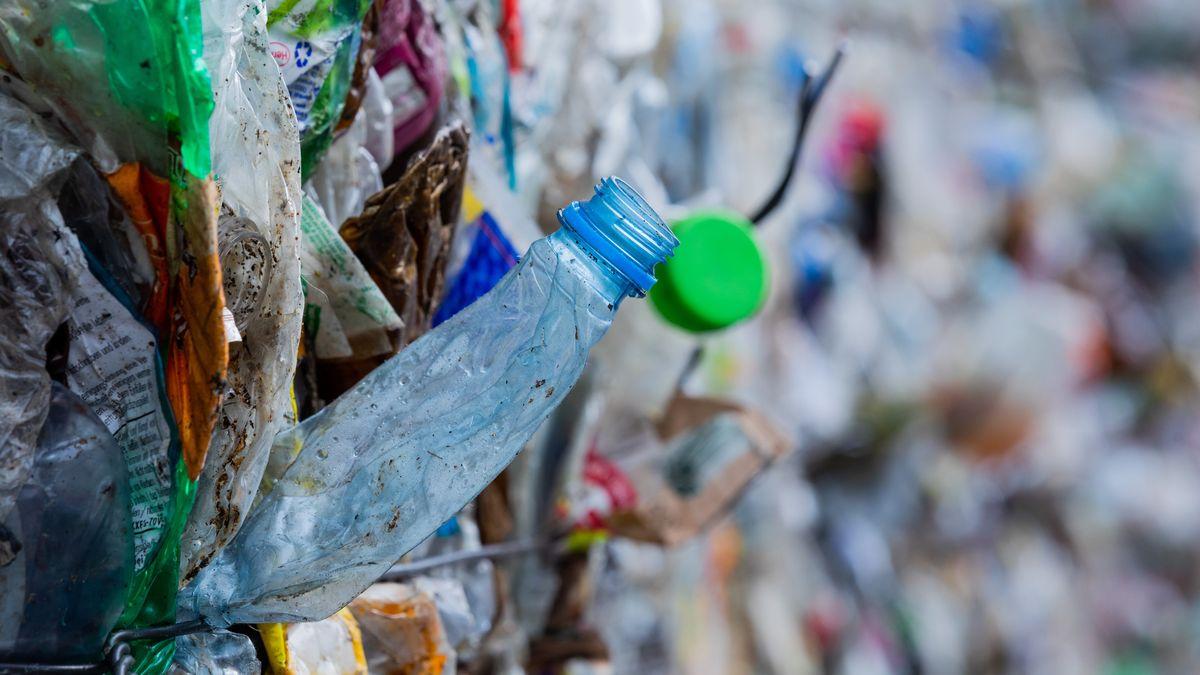 Verpackungsabfälle stehen gepresst neben einer Halle, nachdem sie in der Sortieranlage des Entsorgungsunternehmens getrennt worden sind.