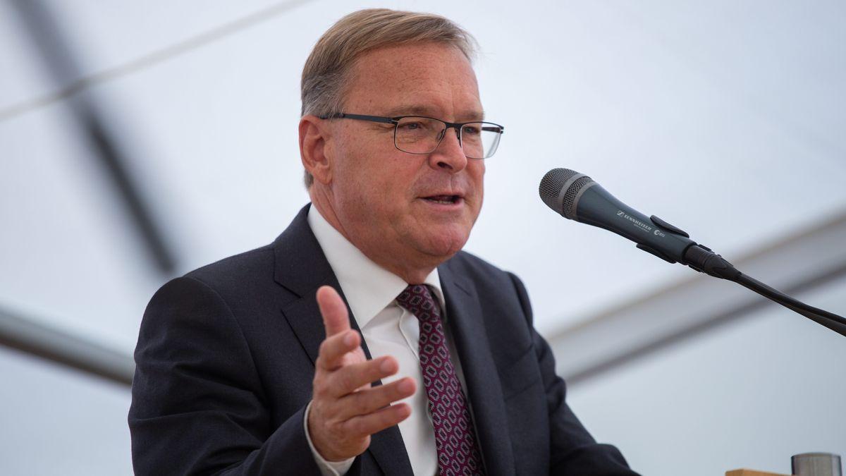 Andreas Starke, Oberbürgermeister von Bamberg, bei einer Rede vor einem Mikrofon.