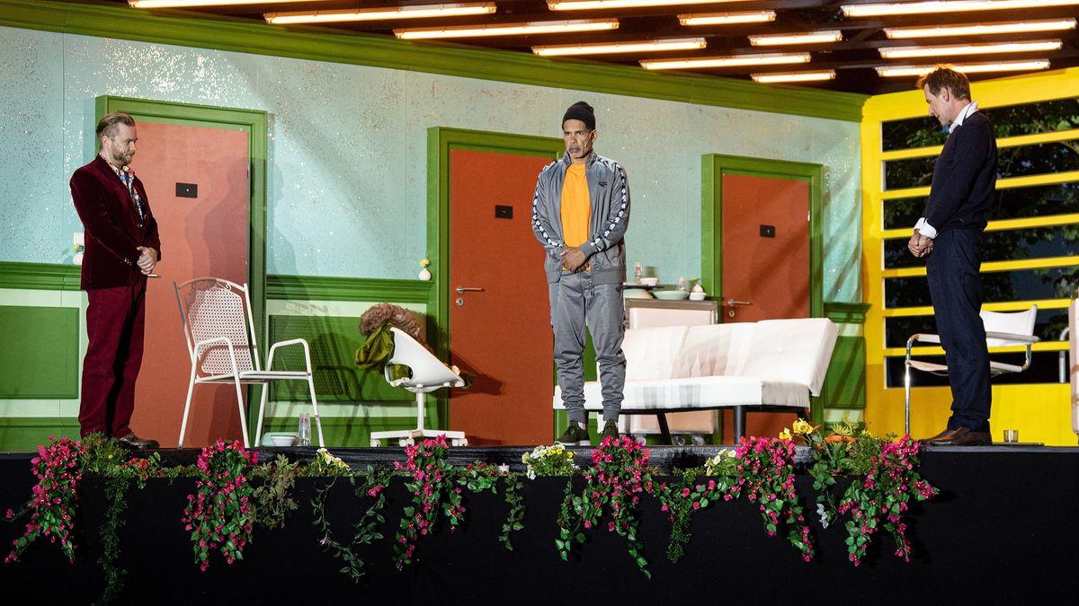 Schauspieler stehen auf der Bühne an der Rampe