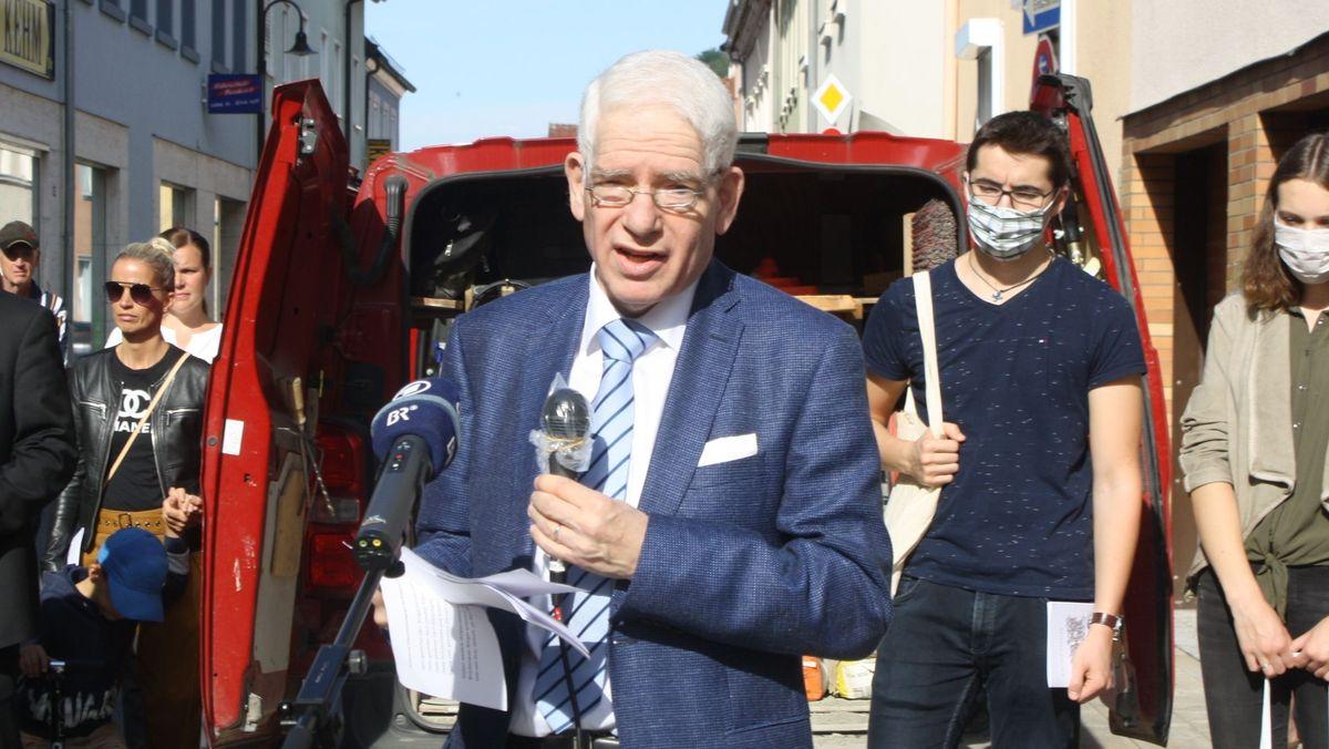 Josef Schuster, Vorsitzender des Zentralrats der Juden in Deutschland, bei der Verlegung der Stolpersteine in Bad Brückenau.