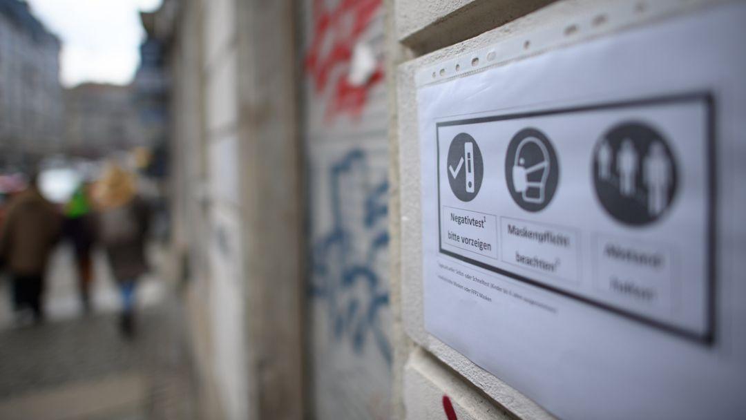 Für Gemeinschaftsunterkünfte wird nach einem Corona-Ausbruch in Naila eine Testpflicht gefordert. (Symbolbild)