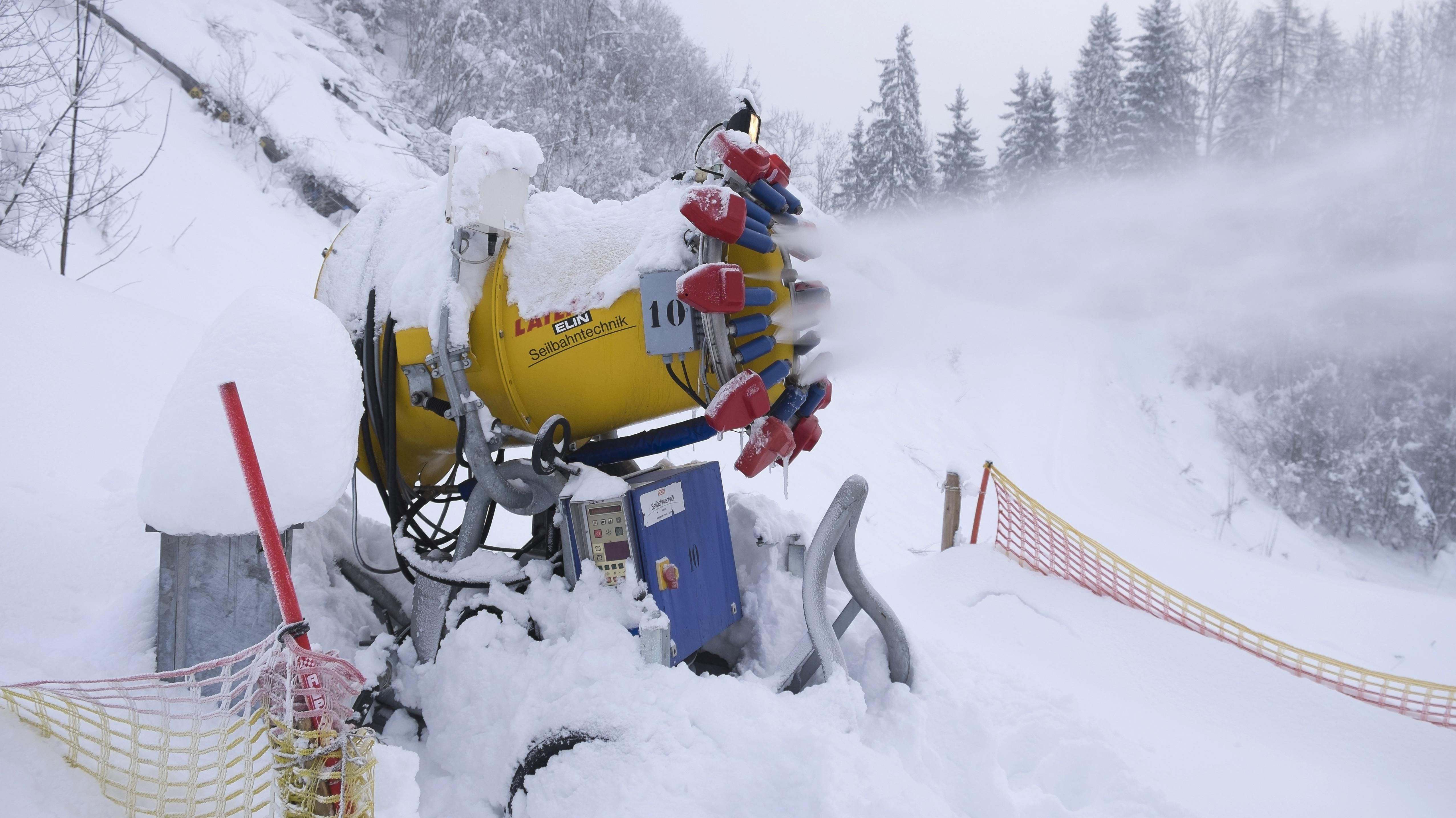Schneekanone bei Oberaudorf in Betrieb.