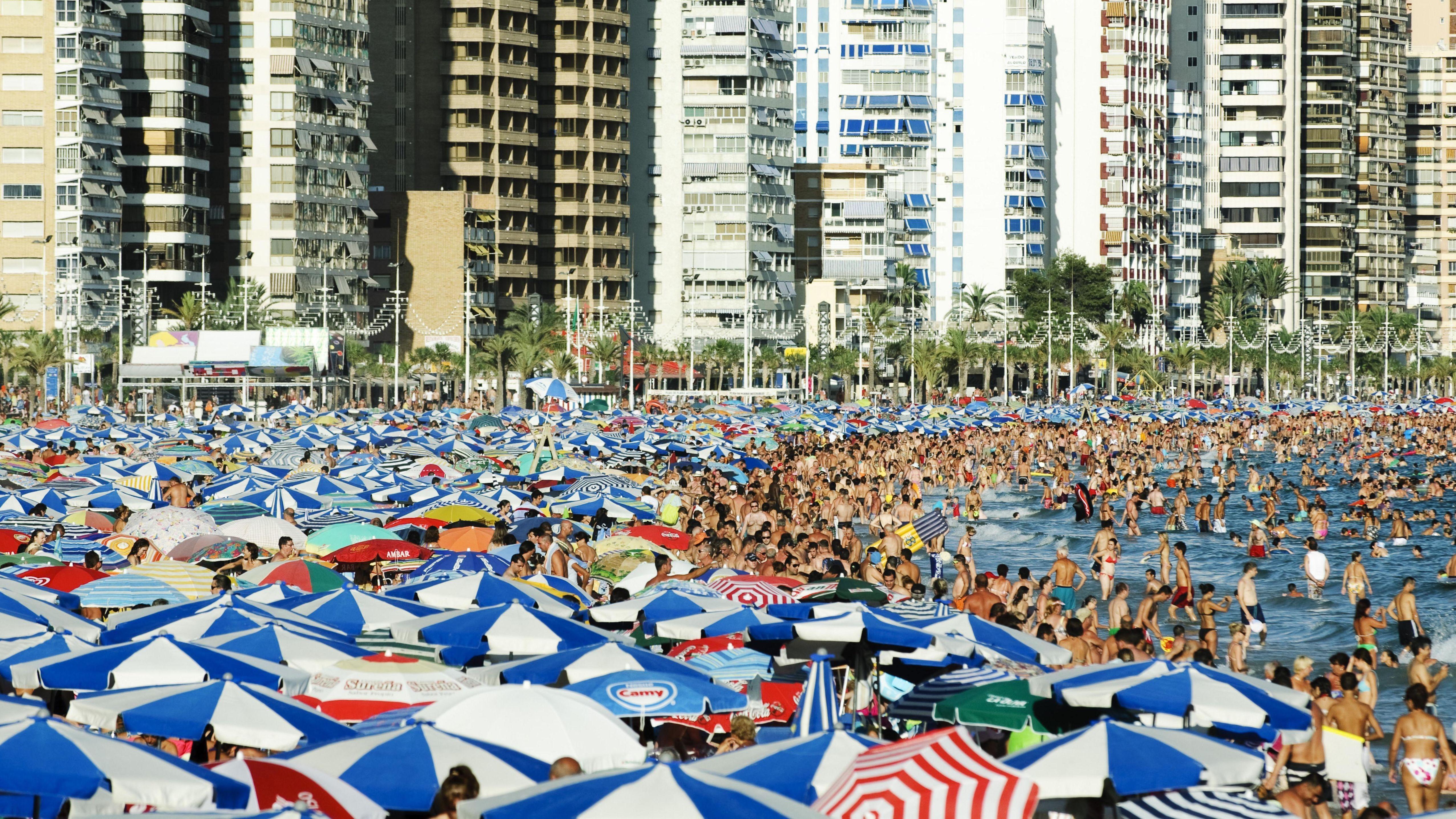 Mit Touristen voll besetzter Strand, Playa Levante, in der Hochsaison in Benidorm, Costa Blanca, Spanien, Europa
