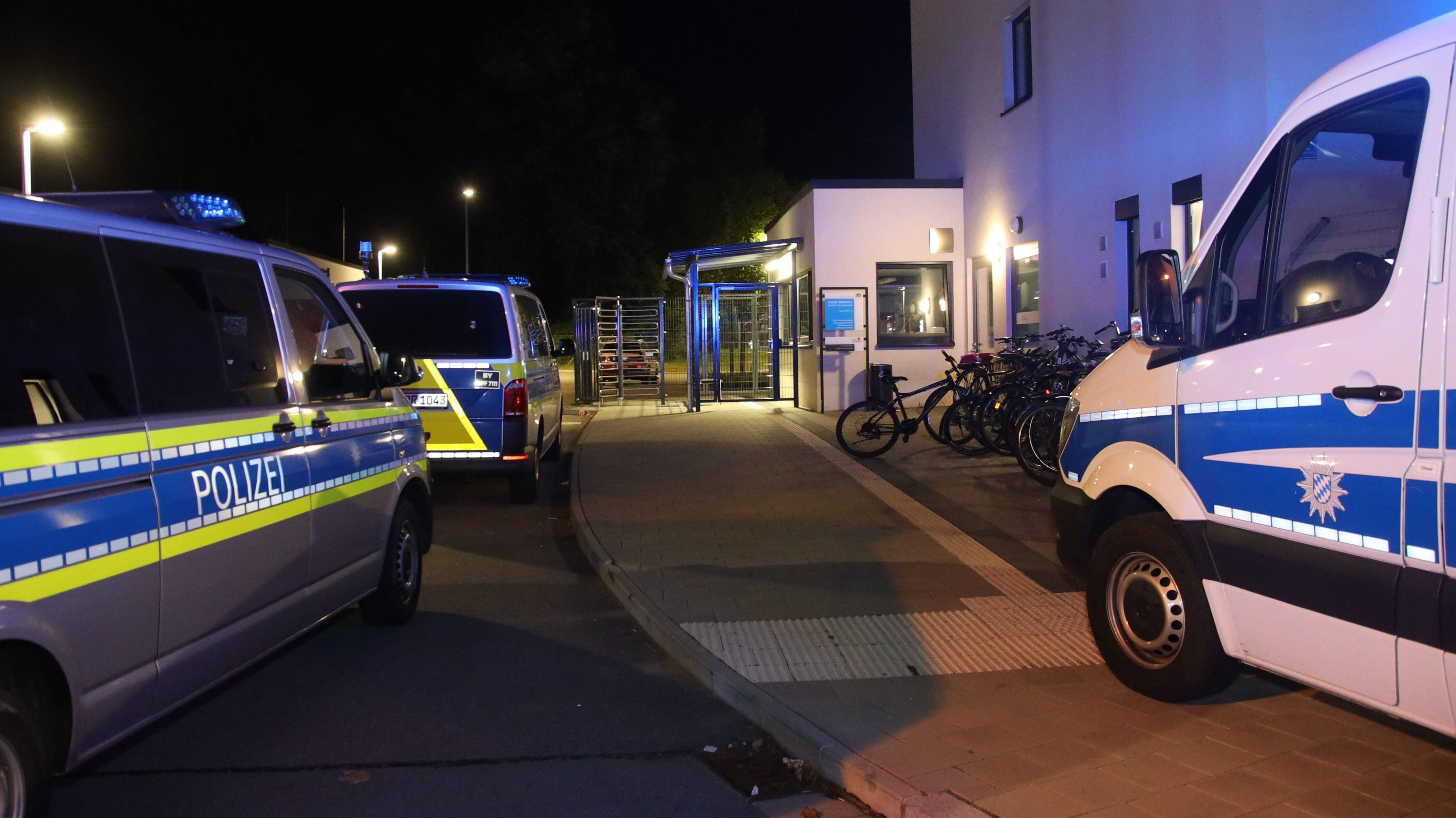 Die Polizei umstellte mit einem Großaufgebot das Regensburger Ankerzentrum.