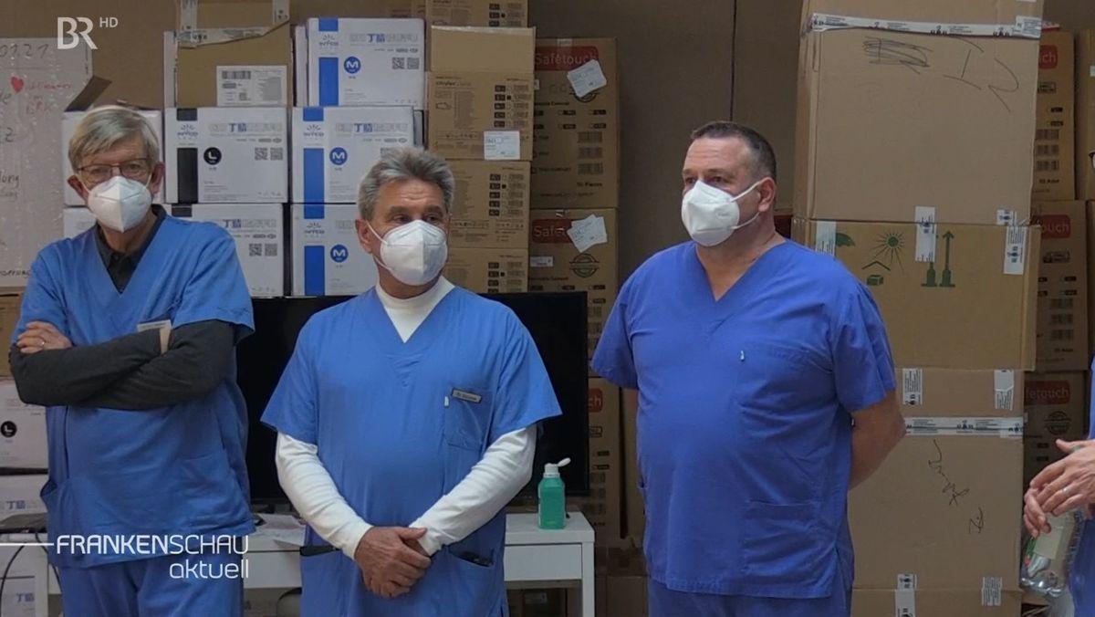 Der 72-jährige Christoph Gülzow (Mitte), ein Arzt im Ruhestand, hilft derzeit im Impfzentrum Miltenberg aus.