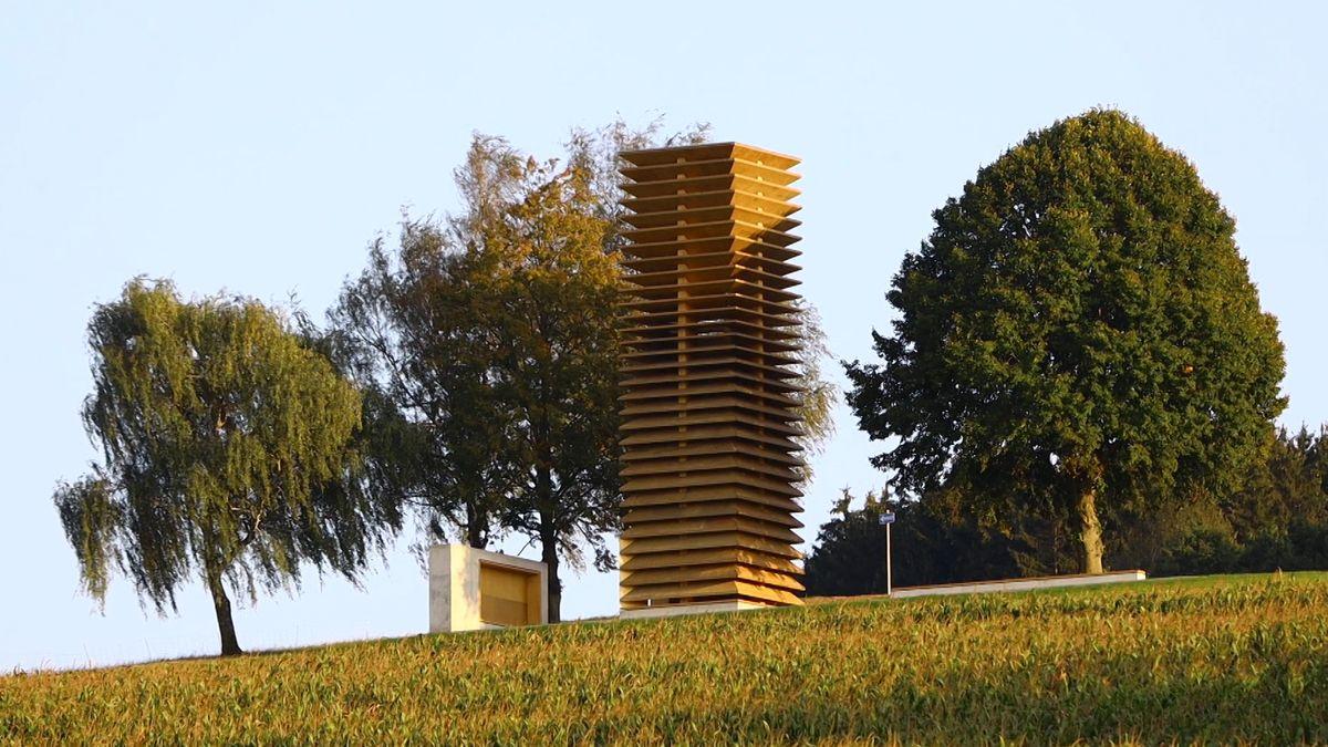 """Der prominente Architekt Volker Staab hat für das Projekt """"7 Kapellen"""" im Landkreis Dillingen eine Kapelle entworfen: Keine klassische Kapelle, sondern einen außergewöhnlichen Bau aus Holz. Am Samstag wurde sie eingeweiht."""